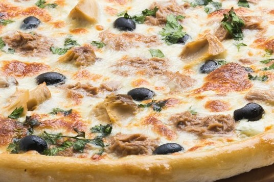 пицца с рыбой и маслинами