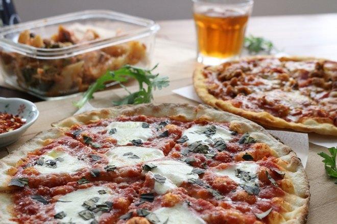 Пицца с бокалом
