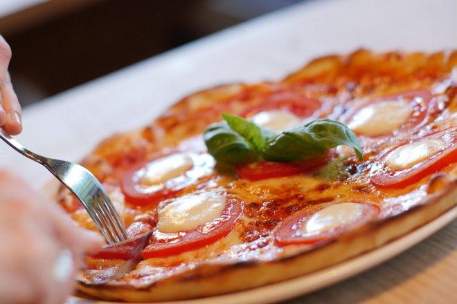 Пицца и вилка