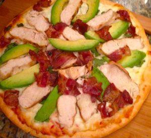 пицца с грудкой и овощами