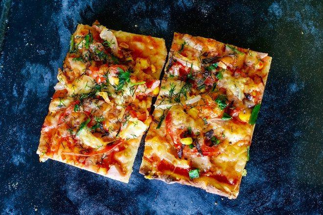 Два прямоугольных кусочка пиццы