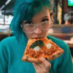 неформалка с пиццей