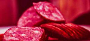 пепперони вкусная колбаска