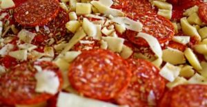 пепперони и нарезка сыра