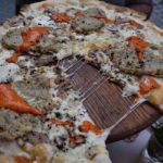 пицца с сыром и мясом под соусом