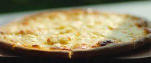пицца с сыром в расфокусе