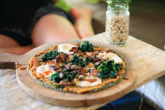 Диетическая пицца на круглом подносе