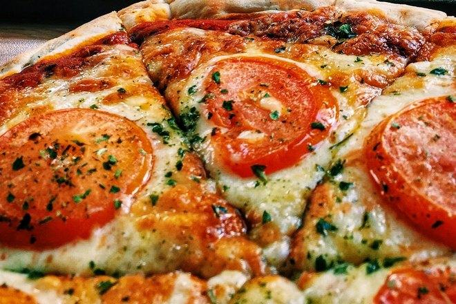 Готовая ароматная пицца
