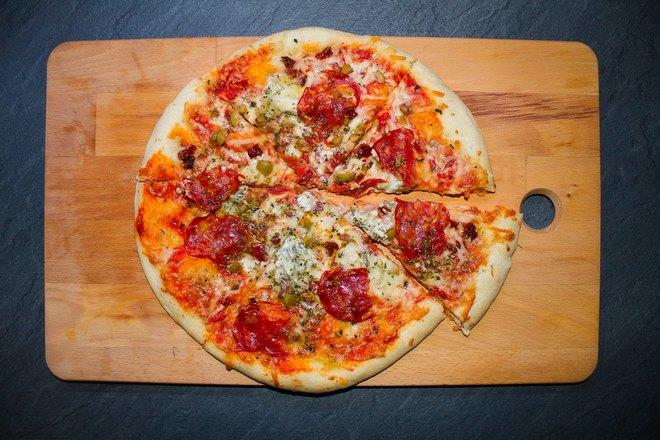 Тонкая пицца на доске