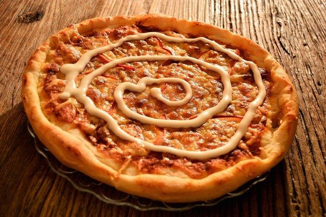 Пицца с майонезом по кругу