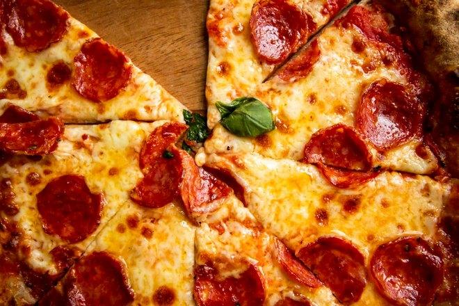 Целая пицца без одного кусочка
