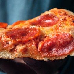 Кусочек пиццы крупным планом