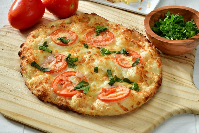 Пицца и два помидора