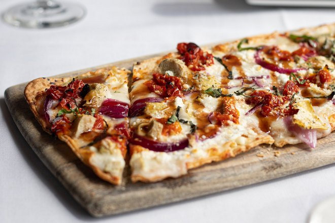 Пицца на прямоугольной доске