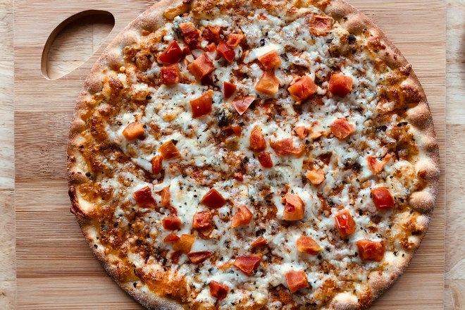 Пицца подана