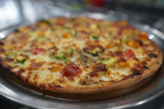 Пицца на металлическом подносе