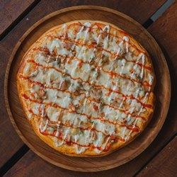 Круглая пицца на круглом подносе