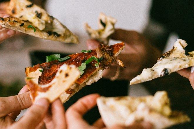 Кусочки пиццы в руках