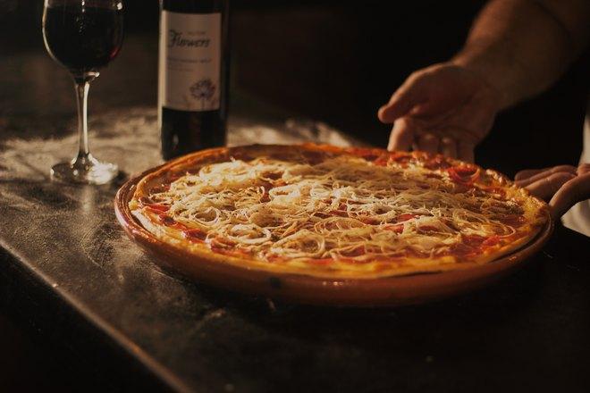 Пицца и вино