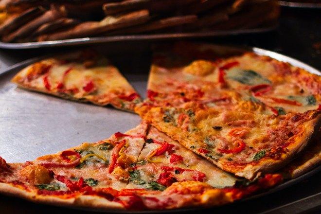 Кусочки разноцветной пиццы