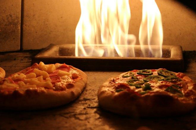 Две пиццы на фоне огня