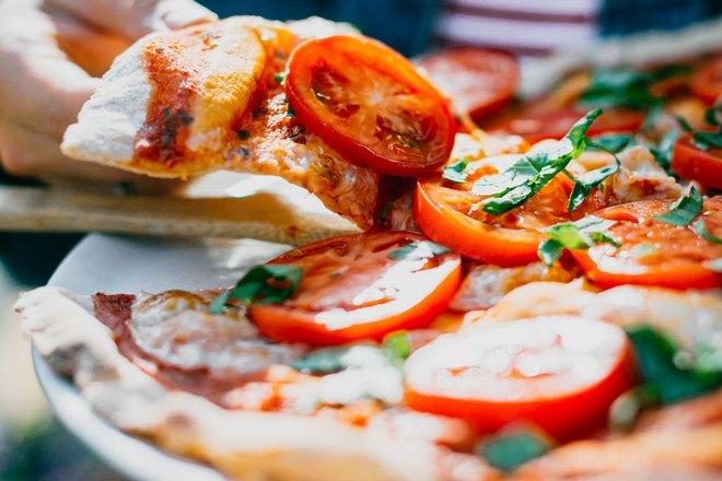Пицца с крупными кольцами томатов