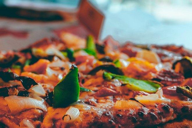 Пицца с пестрой начинкой
