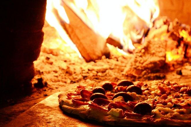 Теплая пицца недалеко от огня