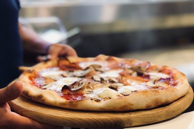 Пиццу несут к столу