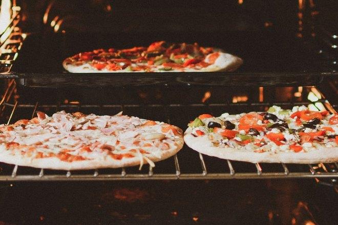 Три пиццы готовятся