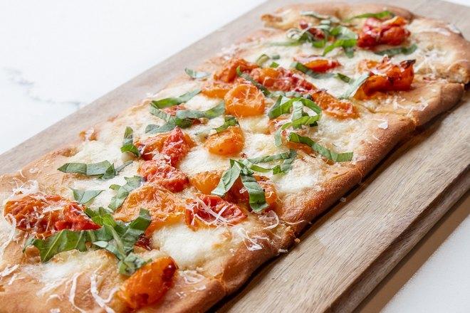 Красивая прямоугольная пицца