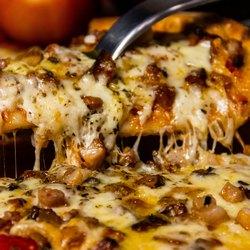 Кусочек пиццы, за которым тянется сыр