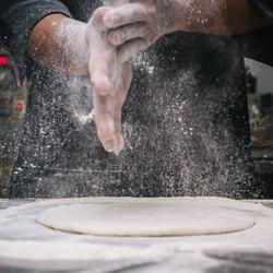 Круглая основа для пиццы в муке
