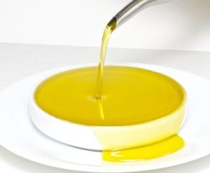 оливковое масло льется