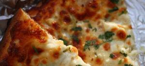 пицца с кремом из сыра