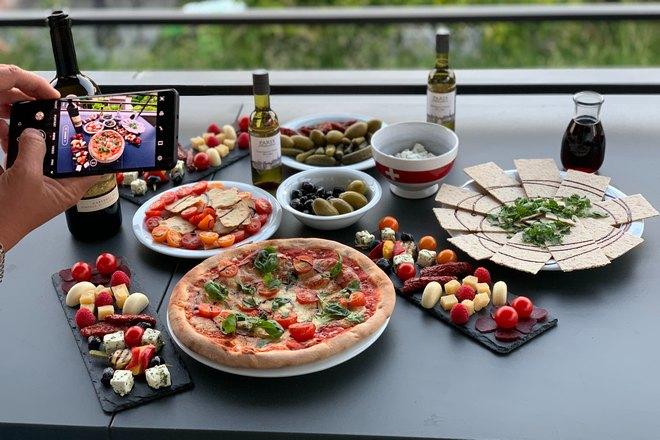 Пицца на столе с другими блюдами