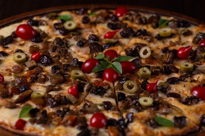 Большая пицца с сочной начинкой