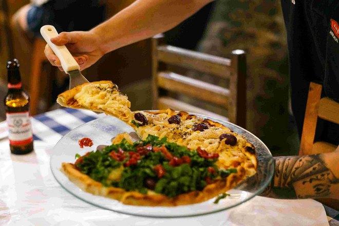 Кусочек пиццы на лопатке