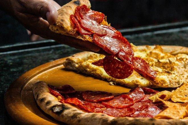 Треугольник пиццы с салями