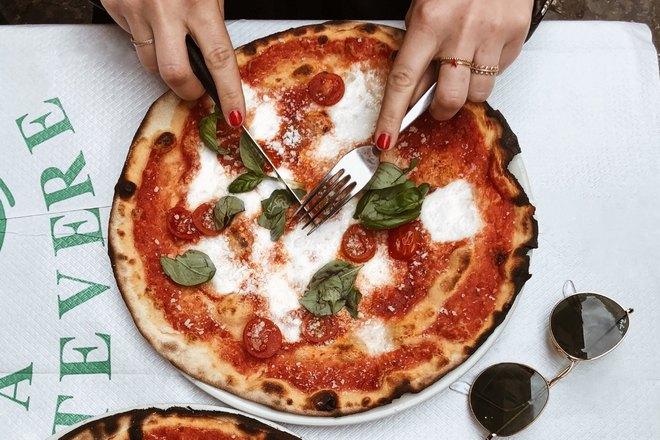 Очки возле пиццы