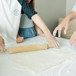 Раскатываем тонкое тесто для пиццы