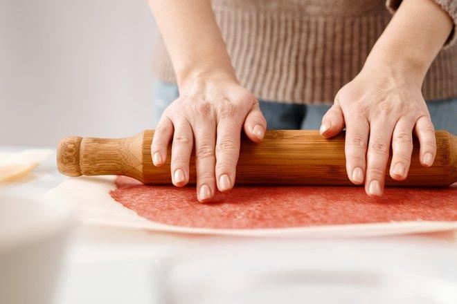 Раскатывание теста для будущей пиццы