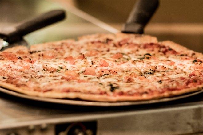 Тонкая пицца готова