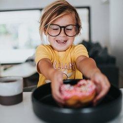 Девочка берет маленькую пиццу