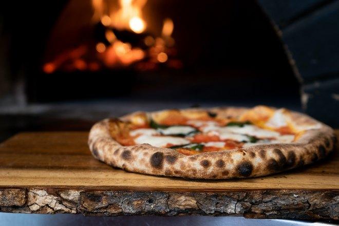 Пицца возле огня