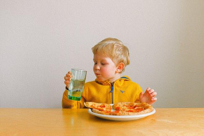 Мальчик с пиццей и напитком