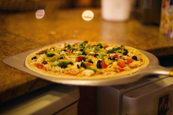 Пицца на металлической лопатке