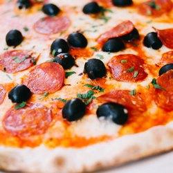 Пицца с салями и оливками