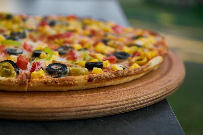 Хрустящая пицца с разноцветной начинкой
