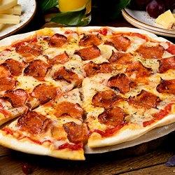 Большая пицца на тарелке